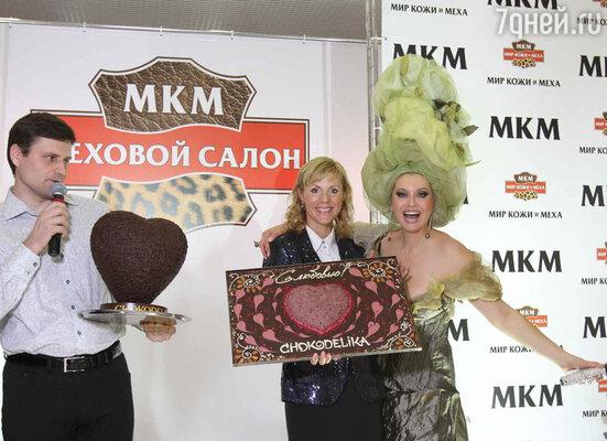 Лена Ленина получила в подарок 10-килограммовую шоколадку с огромным выпуклым сердцем