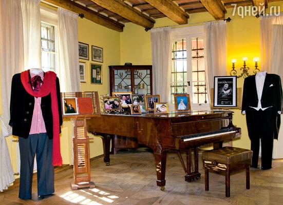 Гостиная в доме великого тенора с любимым роялем Лучано и сценическими костюмами