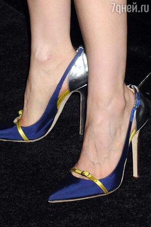 Образ звезда завершила с помощью ярких атласных синих туфелек на каблуке от Oscar de la Renta