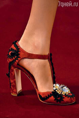 Туфли, украшенные стразами