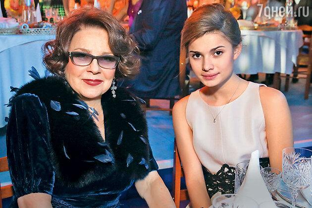 Настя Фоменко с бабушкой Ларисой Голубкиной. Декабрь 2015 г.