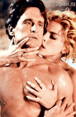 Майкл Дуглас с Шарон Стоун в фильме «Основной инстинкт». 1992 г.