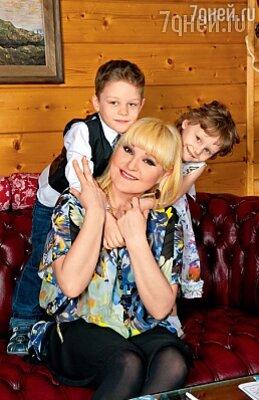 Маргарита Суханкина с приемными детьми Лерой и Сережей