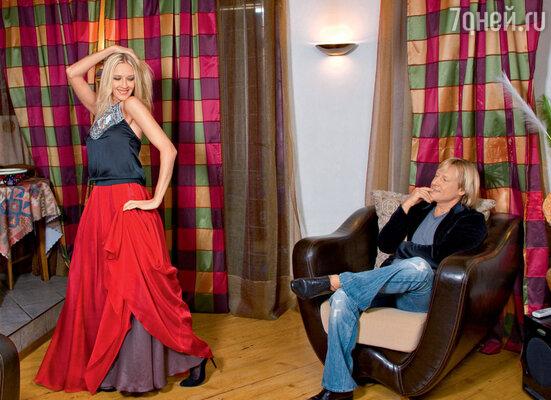 «До сих пор все свои новые наряды я демонстрирую мужу. Он — мой первый зритель. Сословами: «Смотри, что я себе купила» — устраиваю «шоу», откоторого мы получаем одинаковое удовольствие». На Марине юбка A'La Russe