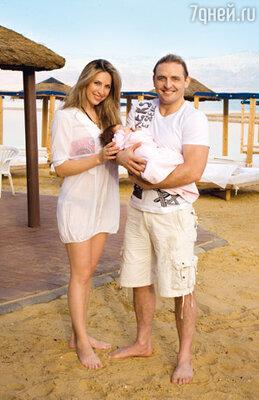 Аскольд с женой Элен и дочерью Евой на берегу Мертвого моря