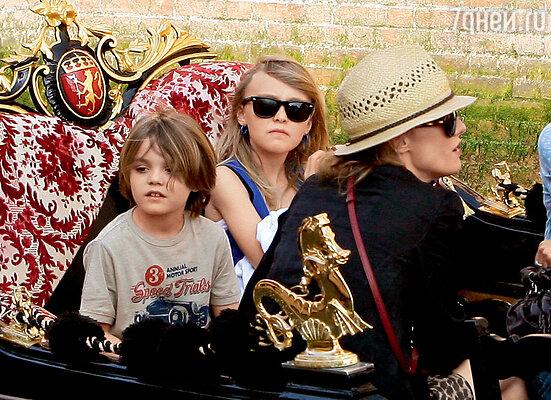 Ванесса с детьми Лили-Роуз и Джеком. Венеция, январь 2011 г.