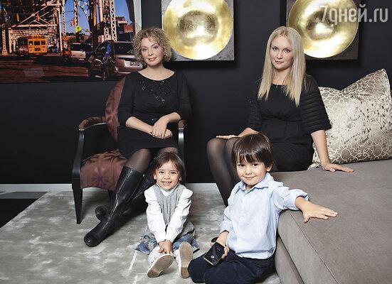 С дочкой Олей и внуками Настей и Мишей