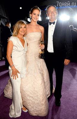 Дженнифер с мамой Карен и отцом Гэри нацеремонии вручения премии «Оскар». Февраль 2013 г.