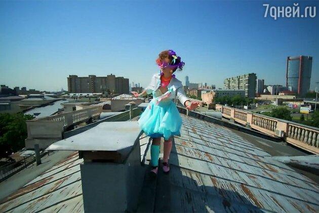 Видео снято в популярной сегодня технике stop-motion и рассказывает историю необычной девушки, которая путешествует по квартирам города и причудливо запутывает судьбы местных жителей