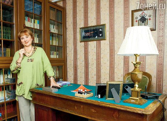 Стол, который так не любили прежние владельцы, пришелся как нельзя более кстати в кабинете Поляковой