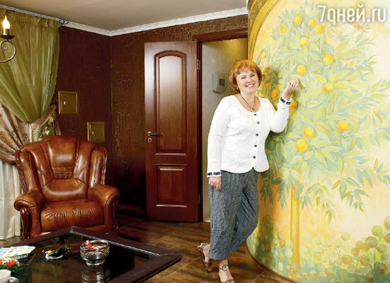 Картина с апельсиновым деревом и райскими птичками украшает стену, за которой находится ванная комната
