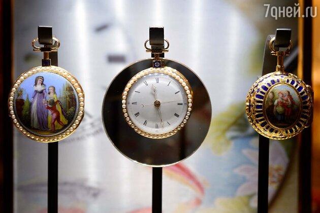На презентацию из швейцарского Исторического музея были доставлены старинные часы Jaquet Droz, созданные в XVIII веке