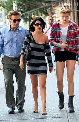 С дочерью Айрлэнд и женой Хиларией. Айрлэнд подружилась с отцовской избранницей и даже иногда, вшутку, называет ее мамой. Нью-Йорк, июль 2012 г.