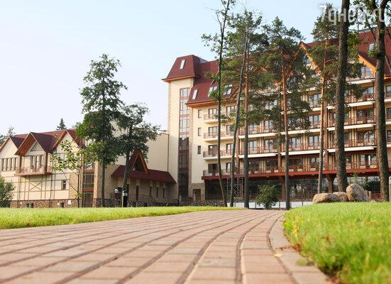 Среди соснового бора на берегу озера и ручья на территории в 12 га расположился загородный отель «Ареал», выдержанный в стиле альпийского шале.