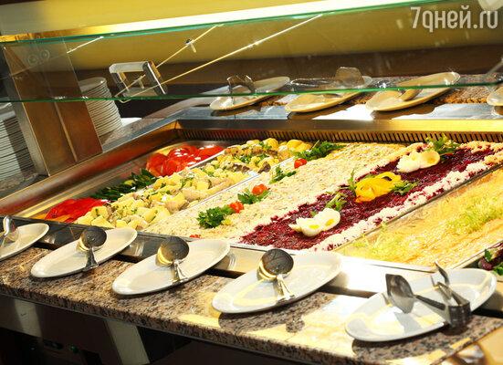 «Всё включено» в Подмосковье значит, что больше не нужно бояться ошибиться с выбором блюда из меню. На «шведском столе» можно попробовать всё, что душе угодно, и найти блюдо себе по вкусу. Попробовав кухню отеля «Ареал», Вы узнаете, что такое «высший пилотаж» в кулинарии.