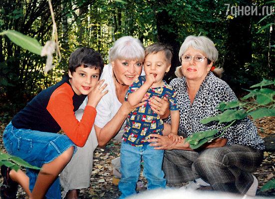 На даче с внуками Давидом и Георгием и двоюродной сестрой мужа Ольгой, 2007 год
