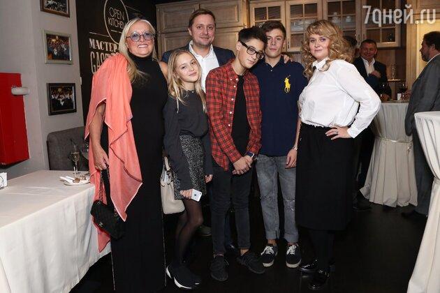 Татьяна Михалкова с дочкой Анной и сыном Артемом и внуками Андреем, Сергеем и Натальей