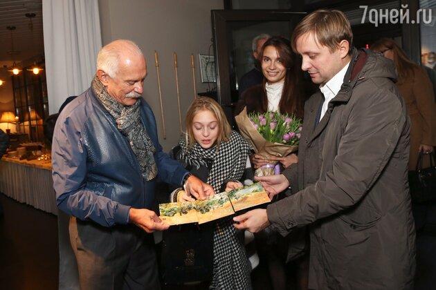 Никита Сергеевич с сыном Артемом Михалковым и внучкой Натальей