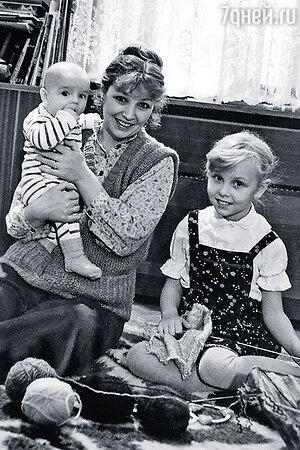 Ольга Остроумова с детьми — Мишей и Олей