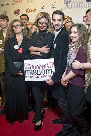 Дмитрий Певцов и Ольга Дроздова со студентами студии театра «Певчие дрозды»