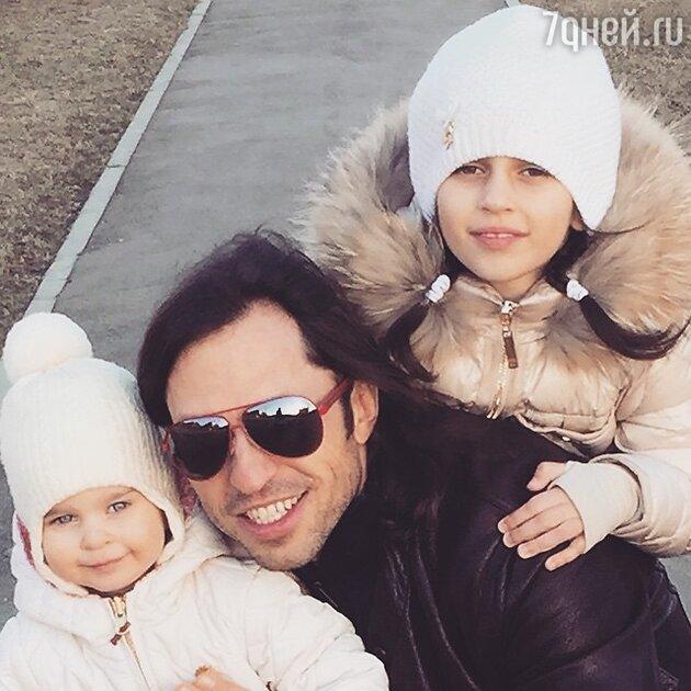 Александр Ревва с дочками Амели и Алисой