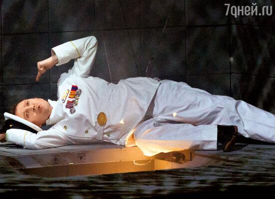 В спектакле «Гамлет | Коллаж» Евгений Миронов играет сразу всех героев. В роли Озрика (слева) и Тени отца Гамлета. 2013 г.