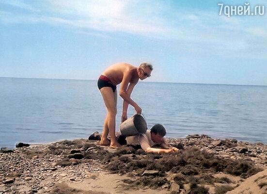 Во время съемок одного изэпизодов в «Бриллиантовой руке» одежда на Андрее Миронове высыхала слишком быстро, идляочередного дубля Леонид Гайдай сам окатывал егоизведра