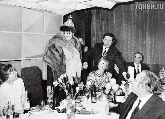 «Когда Лёня выходил на сцену, люди то падали от смеха, топлакали. Гайдайумел устраивать шутки нетолько в своих комедиях, ноивжизни. С ним было оченьвесело». (Леонид Гайдай на актерсокой вечеринке с Ниной Гребешковой, Юрием Никулиным, Владимиром Этушем и другим артистсми. Середина 70-х годов)