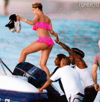 Поклонники помогают Рианне выбраться из лодки