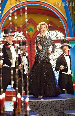 Королевишна (Анна Семенович) весь мюзикл красуется в дорогих нарядах