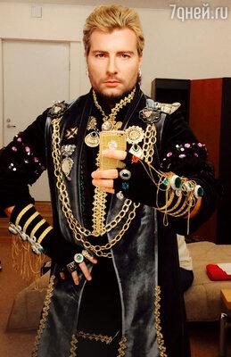 Нетрадиционный наряд Соловья-разбойника в фильме мало чем отличается от сценических костюмов Николая Баскова