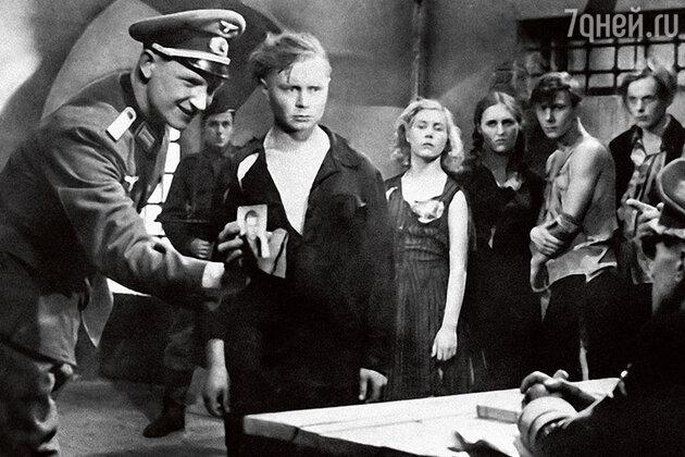 Инна Макарова с Владимиром Ивановым, Нонной Мордюковой, Сергеем Гурзо и Борисом Битюковым в фильме «Молодая гвардия». 1948 г.