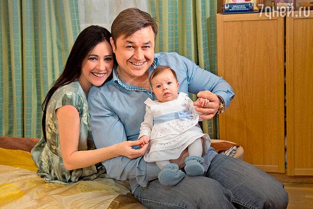 Любовь Тихомирова и Ласло Долински с дочкой Любавой