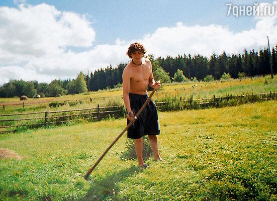 Я деревенскую жизнь прошел  «от и до»: землю пахал, дрова колол, сено косил, коров пас. Куры, гуси, поросята— все было на мне