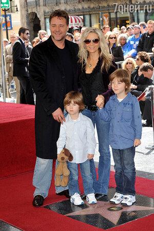 Рассел Кроу  с семьей