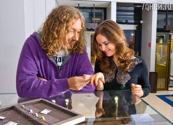 «Это кольцо на правую руку», — неожиданно для всех сказал Игорь и надел кольцо на безымянный палец счастливой Юлии. Место съемки - бутик Chaumet