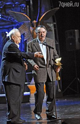 Эльдар Рязанов вручает Алексею Герману «Нику»  «За честь и достоинство»