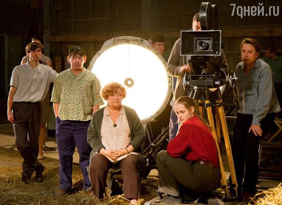Яна Сексте и Нина Дворжецкая (в центре) сыграли в «Оттепели» второстепенные, но очень яркие роли