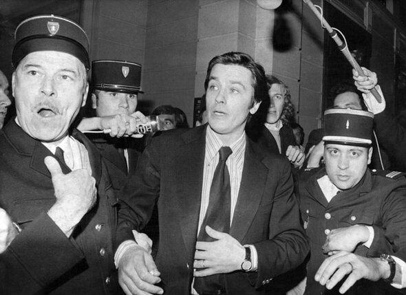 После того как Алена Делона обвинили в убийстве его помощника Стефана Марковича, во Франции актер превратился в изгоя. В суде, 1973 г.