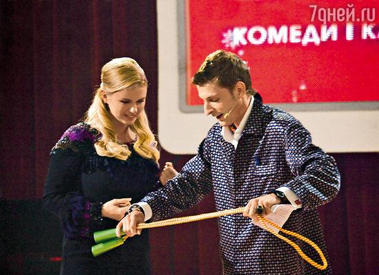 Паша Воля объявил себя Дедом Морозом и подарил Анне Семенович скакалку
