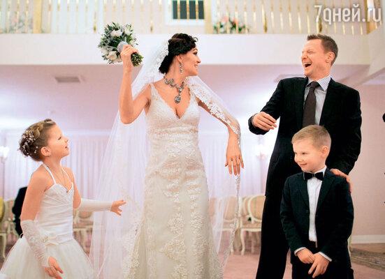 Вячеслав Малафеев смолодой женой Екатериной, дочкой Ксенией и сыном Максимом в день бракосочетания
