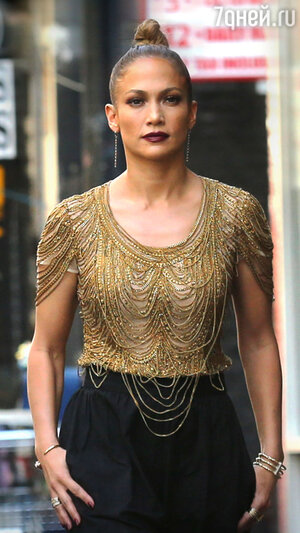 Дженнифер Лопес в топе от Naeem Khan и брюках от Alice + Olivia