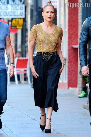 Дженнифер Лопес в топе от Naeem Khan, брюках от Alice + Olivia и туфлях от Giuseppe Zanotti