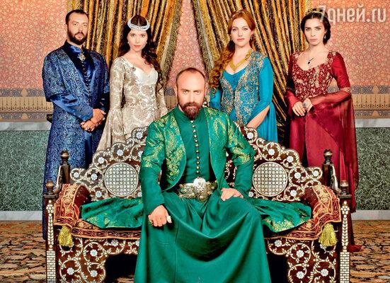 Над созданием роскошных нарядов для персонажей сериала (а их болееста) трудились несколько пошивочных мастерских