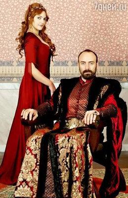 Мерьем Узерли сыграла главную героиню, рабыню, а Халит Эргенч — султана Сулеймана