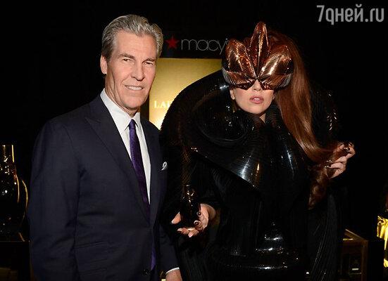 Президент сети магазинов «Macy's» Терри Лундгрен и Леди Гага