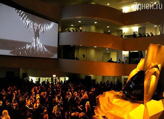 Центром притяжения и всеобщего внимания стала гигантская копия оригинального флакона «LADY GAGA FAME», возвышавшаяся посередине зала
