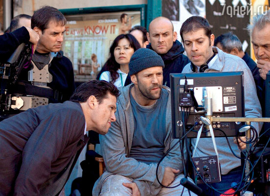 На съемках фильма «Защитник» с режиссером Боазом Якином (третий слева)