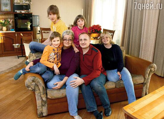 Татьяна с мужем Евгением, сестрой Инной, сыновьями Мишей и Тимофеем и племянницей Сашей