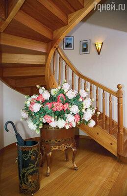 Огромный букет из шелковых пионов — чуть ли не единственная по-настоящему роскошная вещь в доме